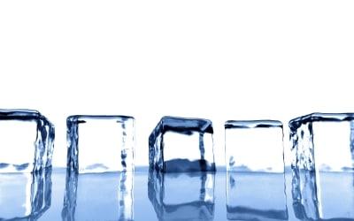 ザッカーバーグにビル・ゲイツが自ら氷水をかぶった!ALSの認知向上バイラルキャンペーンの広がりが凄い。
